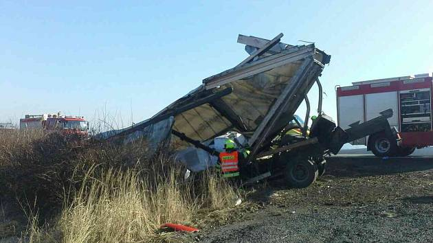 Nedaleko Sebranic skončilo na silnici I/43 nákladní auto v příkopu.