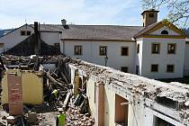 Ze zchátralého objektu Zámek 3 v prostoru blanenského podzámčí zbyly po demoličních pracích v těchto dnech jen obvodové zdi.