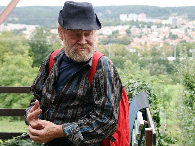 Známý blanenský bezdomovec Karel Kašpařík, zvaný Král Šumavy, si koupil v blanenské zahrádkářské kolonii chatu. Po deseti letech má střechu nad hlavou.