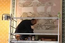 Restaurátoři na zámku v Kunštátě opravují malby z poloviny devatenáctého století.