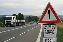Silnice I43 Brno-Svitavy poblíž obce Krhov při opravách povrchu vozovky.