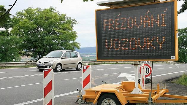 Silnice I43 Brno-Svitavy poblíž obce Krhov brzdí oprava povrchu vozovky.