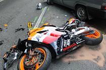 Řidiče motocyklu musel kvůli středně těžkým poraněním transportovat vrtulník.