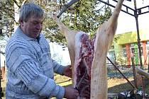 Vůně prdelačky, jitrnic či tlačenky přilákala v sobotu do Cetkovic desítky lidí ze širokého okolí. Konaly se tam již páté obecní zabijačkové hody.