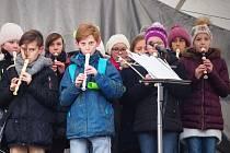 Studenti blanenského gymnázia předvedli program věnovaný narození Ježíše na náměstí Republiky.