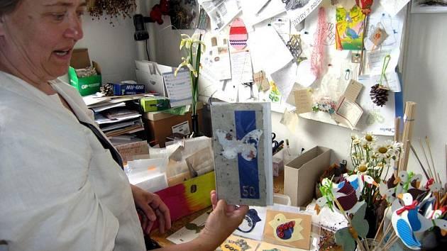 Výrobky klientů sociální rehabiliace se prodávají a lidé bez domova se tak začleňují do pracovního procesu.