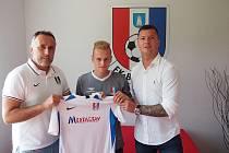 Třiadvacetiletý křídelník Lukáš Kania zamířil do Blanska na hostování. Po podpisu smlouvy pózoval s dresem ve společnosti sportovního ředitele klubu Zbyňka Zbořila (na snímku vlevo) a svého agenta Václava Svěrkoše (vpravo).