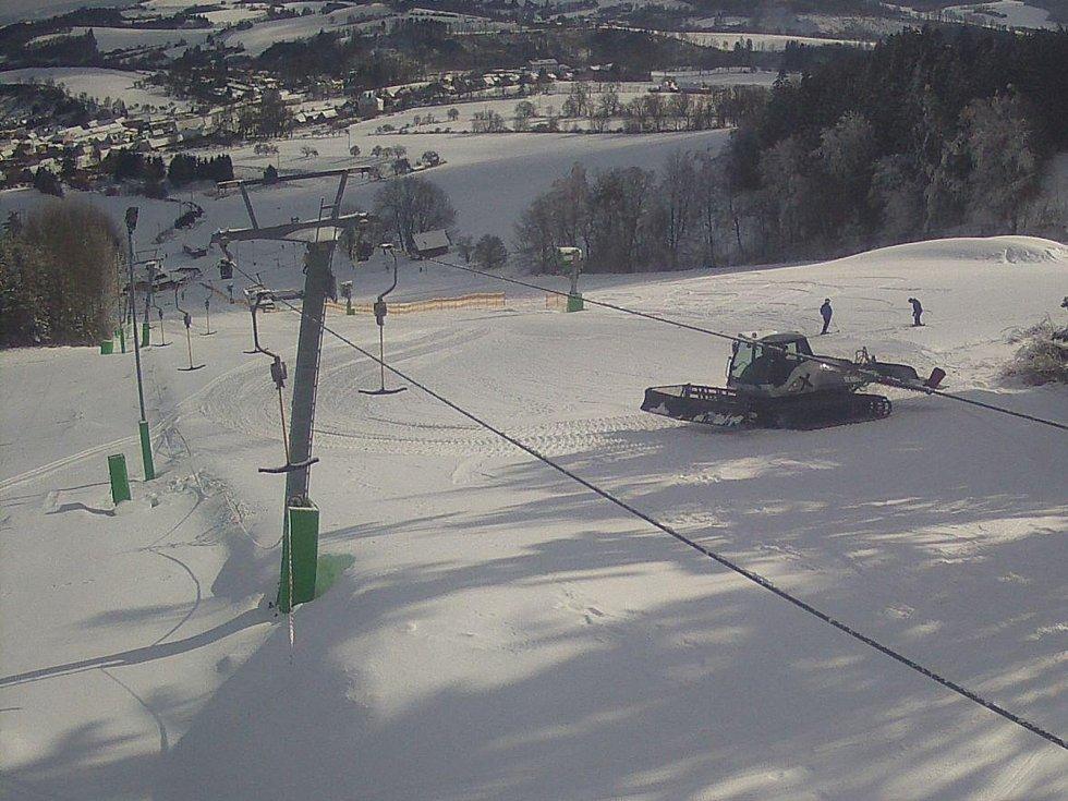 V Olešnici tahá od pátku lyžaře rolba. V pondělí je skiareál připravený otevřít.