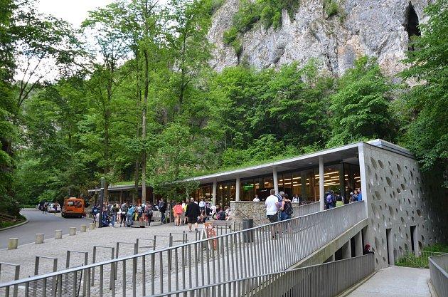 Vstupní budova Punkevních jeskyní vMoravském krasu.