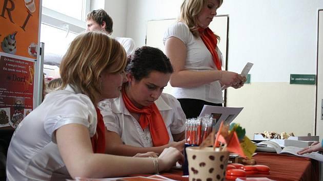 Na střední škole v Boskovicích uspořádali pro studenty i veřejnost tradiční veletrh fiktivních firem.