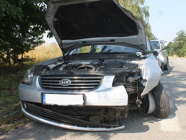 Dopravní nehoda osobního auta Kia s přívěsným vozíkem zablokovala ve středu na hodinu a půl tah z Blanska na Brno. Došlo k ní před devátou ráno poblíž autobusové zastávky ve Svinošicích.