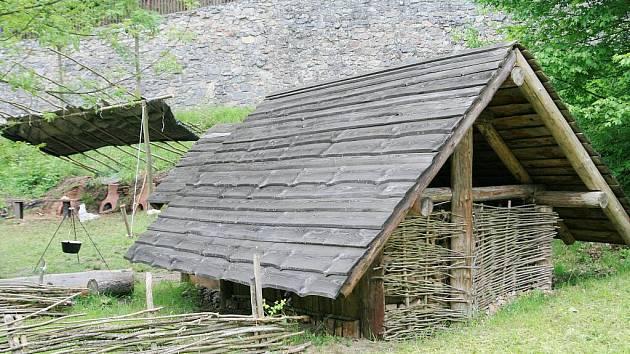U Staré huti v Josefovském údolí se už žhaví v replickách historických pecí dřevěné uhlí. Opodál se kouří z velkého milíře.