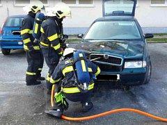 Ve čtvrtek odpoledne vzplanulo auto před blanenským úřadem práce.