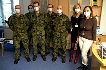 V blanenské nemocnici pomáhají vojáci. Zaskakují za nemocné sanitáře.