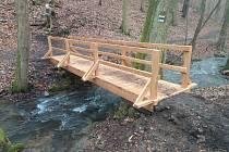 Starý mostek přes Křtinský potok nedaleko známé jeskyně Býčí skála v Moravském krasu na Blanensku dosloužil. Nahradil ho nový.