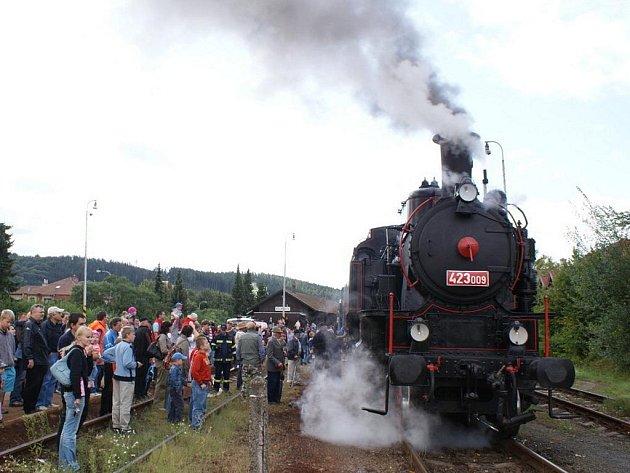 Chornický železniční klub v sobotu uspořádal ke 160. výročí trati Brno – Česká Třebová a 120 rokům Moravské západní dráhy jízdu zvláštního vlaku. V historické soupravě vedené parní lokomotivou 423.009 z roku 1922 byl zařazen i bufetový vůz