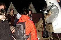 Astronomická pozorovatelna na budově základní umělecké školy v Boskovicích se čas od času otevírá zájemcům, kteří se chtějí dozvědět něco víc o tom, co je možné vidět na noční obloze. V úterý se tam vydali děti s rodiči z Mateřského centra Boskovice.