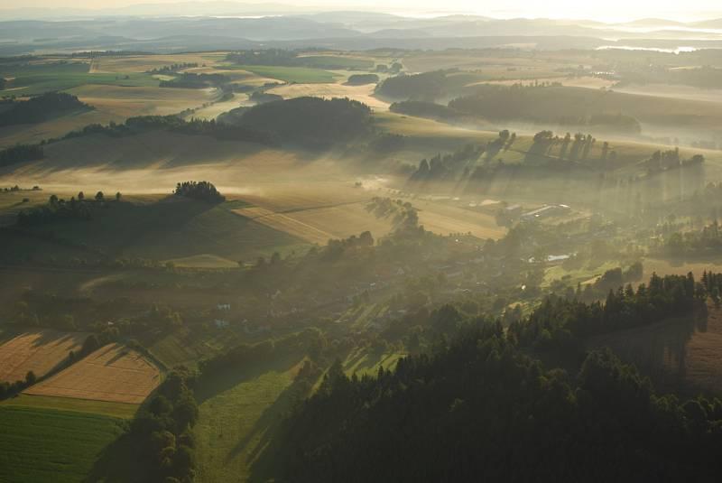 Olešnický farář Pavel Lazárek létá na paraglidingovém křídle a fotografuje krajinu.