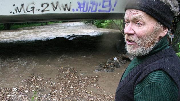 Velká voda zaskočila pod jedním z blanenských mostů i Krále Šumavy.