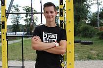 Sedmnáctiletý Martin Matuška z Blanska se věnuje workoutu. S přáteli založil komunitu No Gravity.