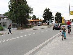 Silnice v blanenské ulici v Poříčí, kterou je podle některých chodců často obtížné překonat. V budoucnu by tu místo neschváleného přechodu mohlo vyrůst aspoň místo pro přecházení.
