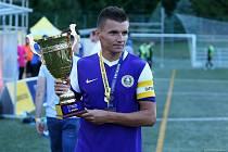 Ondřej Paděra s pohárem za třetí místo v uplynulé sezoně Superligy malého fotbalu.