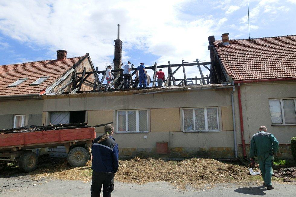 Před lety hasiči ze Sudic zasahovali o požáru stavení v obci.
