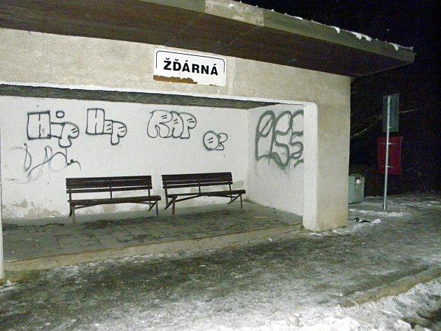 Poničená autobusová zastávka ve Žďárné.