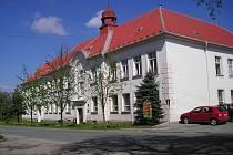 Budova Gymnázia a Střední odborné školy v Rájci-Jestřebí.