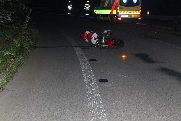 Šestadvacetiletý řidič motorky značky Yamaha zemřel vnoci zpondělí na úterý na silnici mezi Šebrovem a Blanskem.