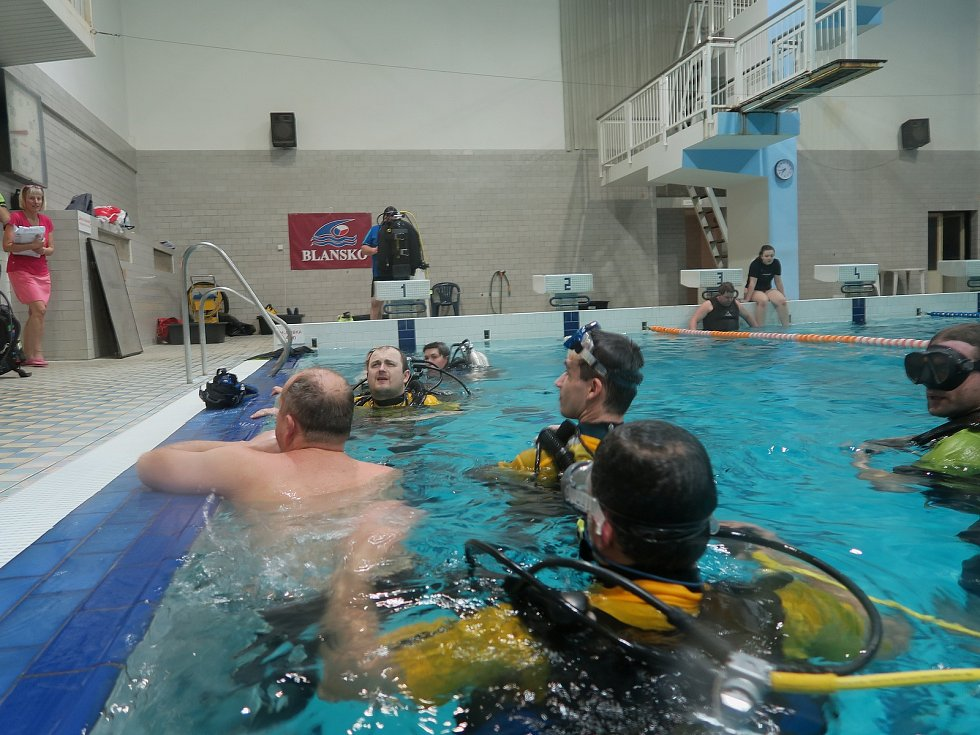 Pět měsíců v roce. Zhruba tak dlouho trénují místní potápěči ze spolku Alkyon v blanenských krytých lázních.