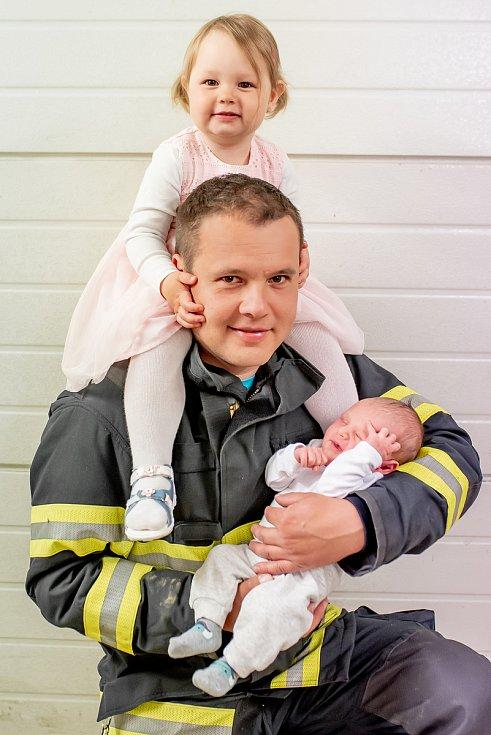 Profesionální hasič Jaroslav Zhoř z Černovic na Blanensku se svými dětmi.