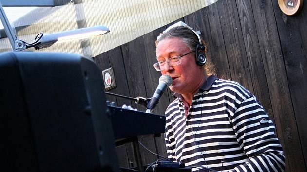 Na Koruně zpíval a hrál na klávesy Roman Dragoun.