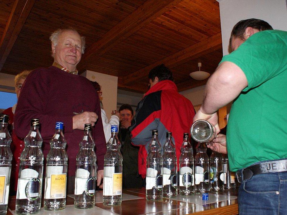 Zahrádkáři v Lipovci v sobotu uspořádali již šestý košt slivovice.