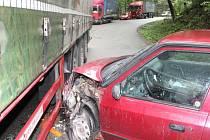 Provoz na silnici mezi Adamovem a Olomučany zablokovala dopravní nehoda. Srazilo se tam osobní auto Škoda Felicia s kamionem.