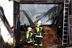 Požár střechy rodinného domu a hospodářské budovy v Černovicích na Blanensku.
