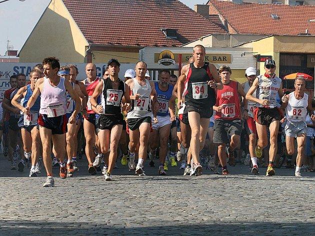Momentka ze startu Půlmaratonu Moravským krasem v Blansku v roce 2009 - ilustrační foto.