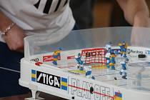 V letovické sportovní hale o víkendu stálo osmačtyřicet plastových kluzišť určených pro stolní hokej. Otevřeného Mistrovství České republiky v této disciplíně se zúčastnilo více než sto padesát sportovců, kteří se rozdělili do devatenácti týmů.