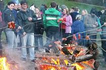 Tradiční pálení čarodějnic přilákalo v sobotu k blanenské přehradě Palava stovky lidí. Na děti čekaly soutěže, několik atrakcí a opékání špekáčků. Dospělí vyrazili na pivo a za hudbou.