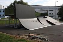 V blanenském skateparku v těchto dnech finišují práce na výrobě modernějších překážek. Sportoviště vedle zimního stadionu už má nový asfaltový povrch. Jezdci na skateboardech, koloběžkách a kolech ho podle všeho obsadí během příštího týdne.