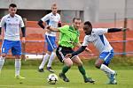 V posledním podzimním kole Moravskoslezské ligy prohráli fotbalisté Blanska (bílé dresy) v Novém Městě na Moravě s SFK Vrchovina 1:2.
