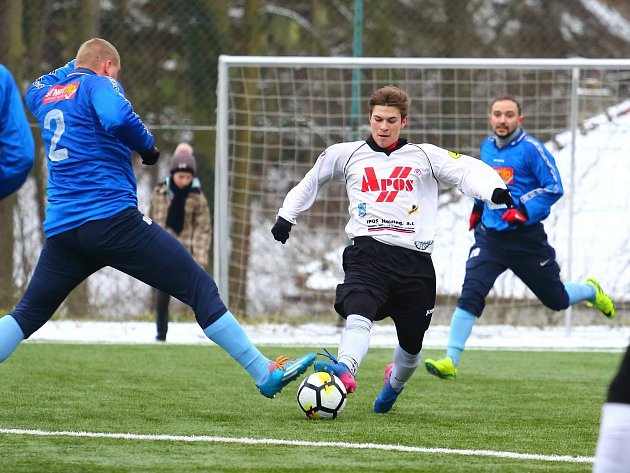 V přípravném utkání remizovali fotbalisté FC Boskovice (modré dresy) v okresním derby s FK Blansko 5:5.