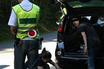 Policisté v Jedovnicích kontrolovali odjíždějící tanečníky.