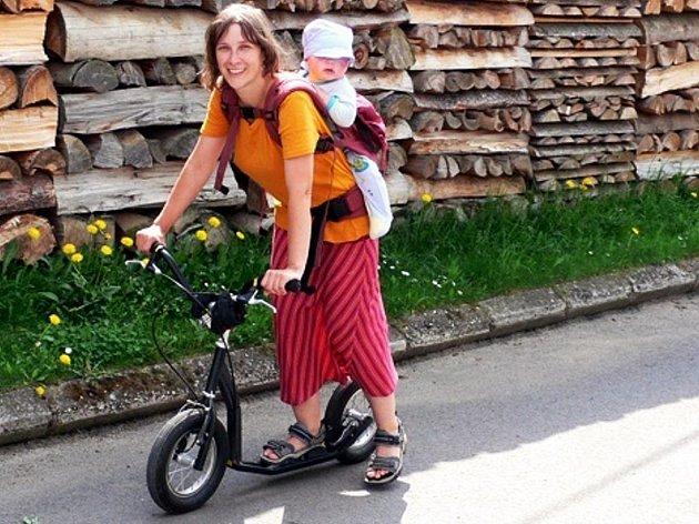 Ve Vilémovicích si turisté mohou půjčit koloběžku, na které se projedou Moravským krasem.