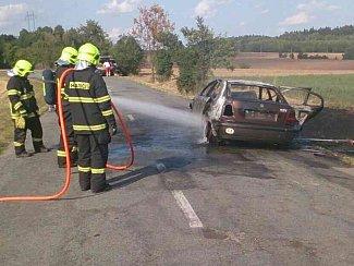 Po nehodě dvou osobních aut v letovické místní části Chlum, začal jeden vůz hořet.