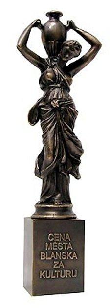 Litinová socha Dívka svázou, která sloužila jako předloha, pochází z19. století zobdobí romantismu a stojí například na nádvoří blanenského zámku.
