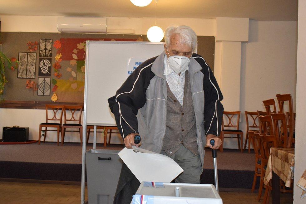 Krajské volby začaly. K urnám mířili v pátek odpoledne v prvních hodinách převážně starší lidé. Na snímcích účast ve volební místnosti v blanenské ulici Dvorská.