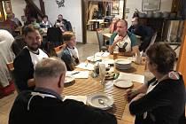 Jana Klodnerová z Blanska vyhrála v Semilech otevřené mistrovství ve vaření kváskového kysela. Na snímku momentka z této akce.