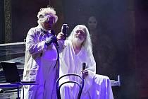 Diváci si na konci představení bouřlivým potleskem vyžádali přídavek v podobě  písně ze Tří mušketýrů v podání Tomáše Trapla,