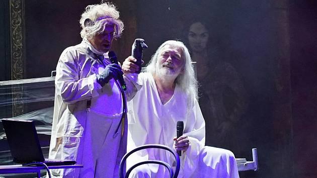 Diváci si na konci představení bouřlivým potleskem vyžádali přídavek v podobě  písně ze Tří mušketýrů v podání Tomáše Trapla.